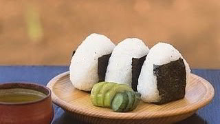 Easy steps to shape Onigiri into triangle 海外向けのおにぎり動画